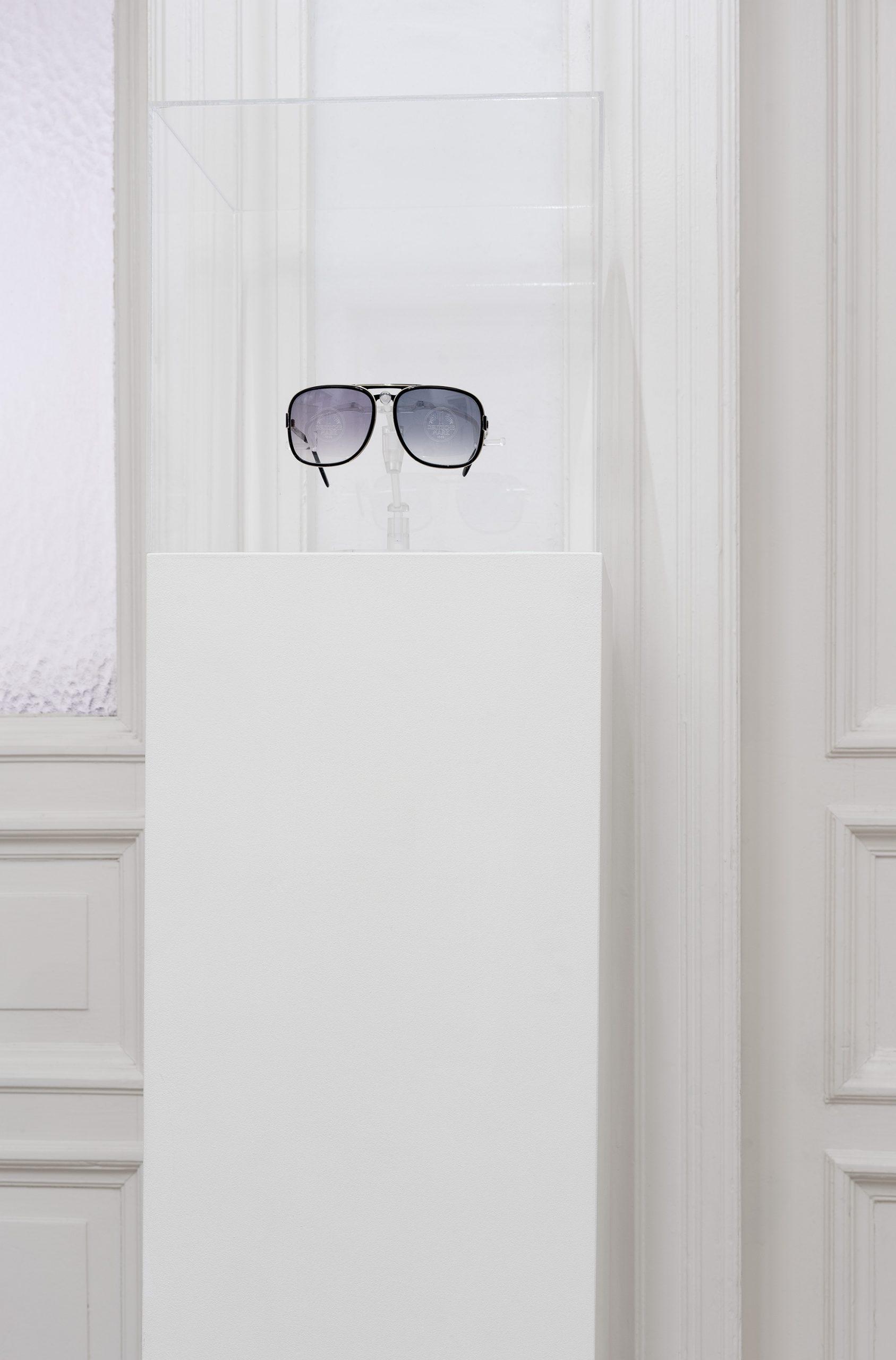 Nicholas Warburg DIE ATOMBOMBE UNTER DEN WÄHRUNGEN 2020 30x30x100 cm 1 DM glasses on plinth