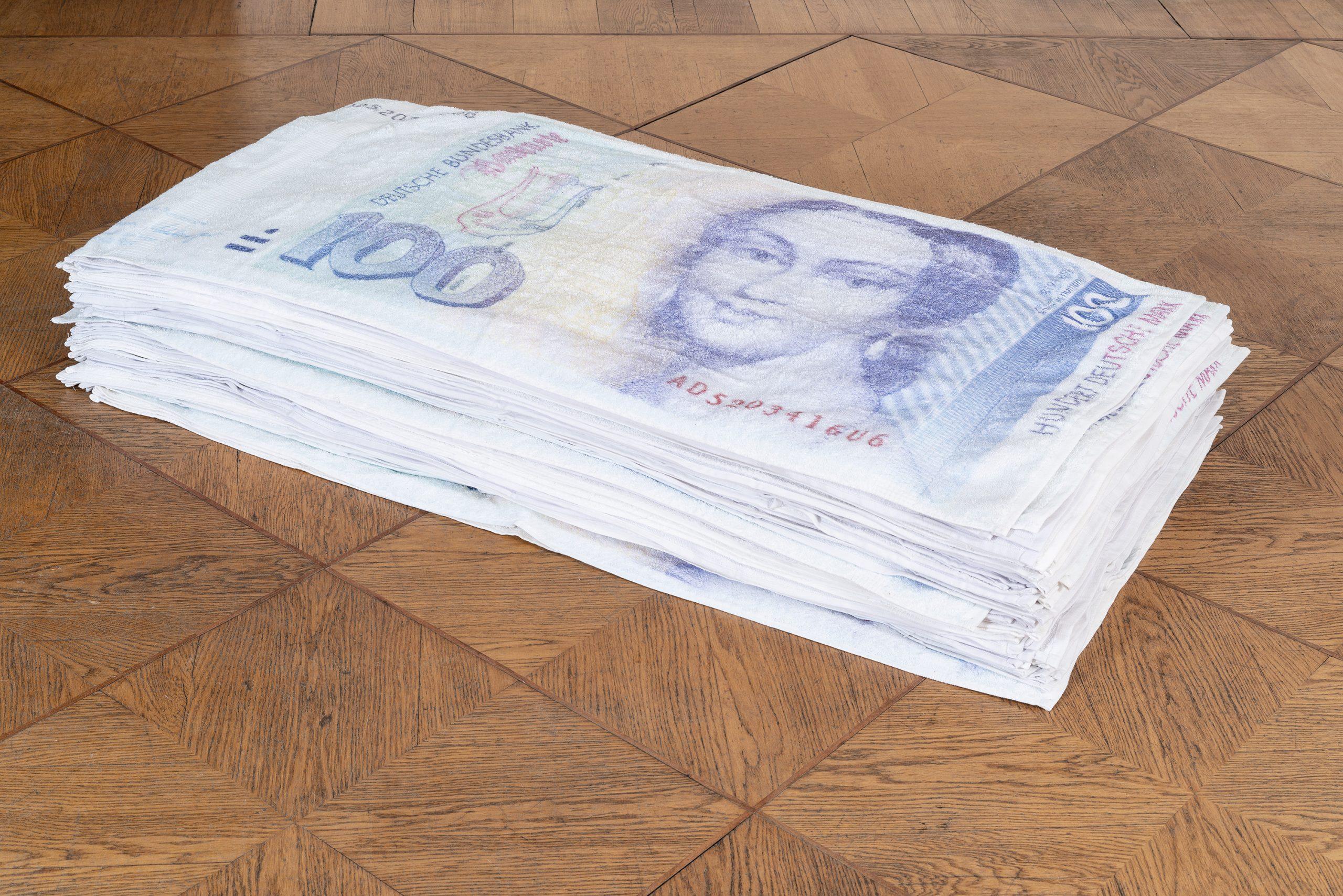 Nicholas Warburg DIE OBEREN 10.000 2020 130 x 70 x 30 cm 100 DM bill towel stack