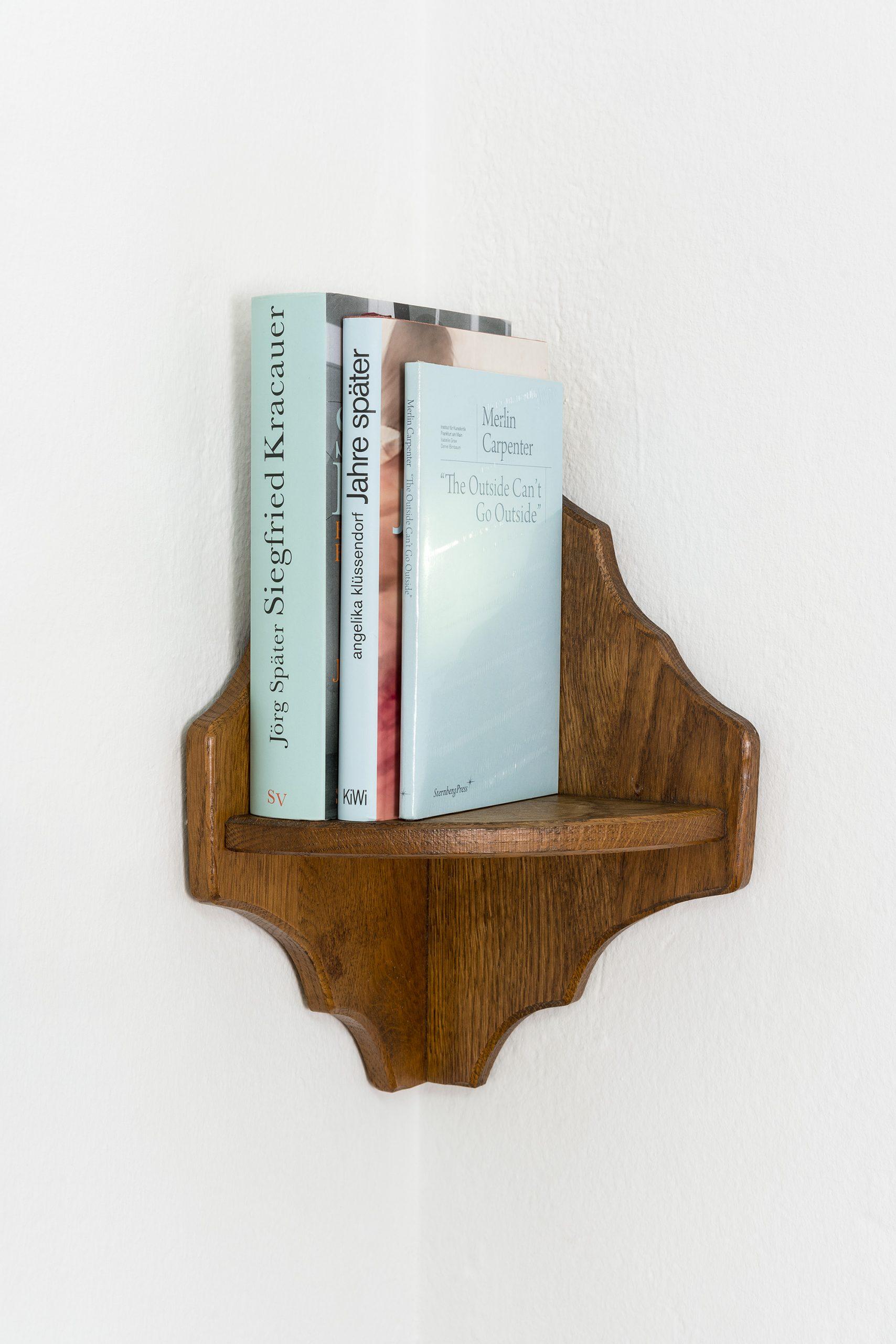 EMPFEHLUNGEN VON ISABELLE GRAW 2020 40 x 30 x 15 cm Corner shelf with three books