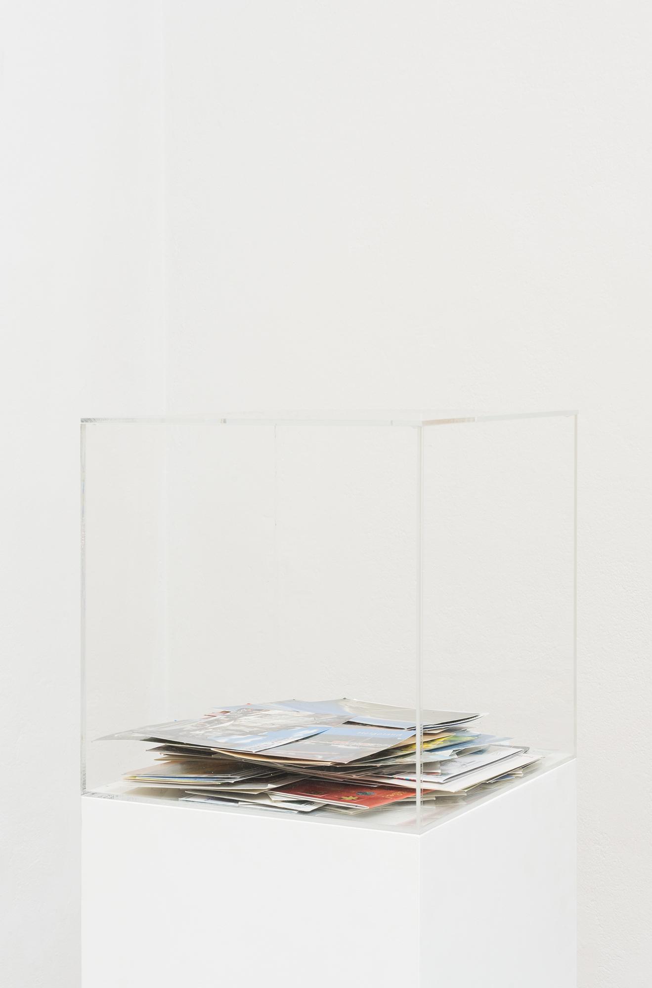 Nicholas Warburg Sie geht auf Reisen usw. 2019 ff. 30 x 30 x 30 cm  Acrylic box with incoming postcards Photo by Sascha Herrmann