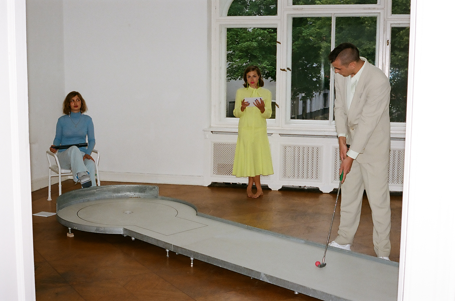 Saisoneröffnung: Performance Olga Hohmann, Lea Hopp und Lukas Kesler Fotos: Amelie Amei Kahn-Ackermann